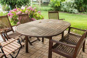 Hoe moet je een teakhouten tuinset onderhouden